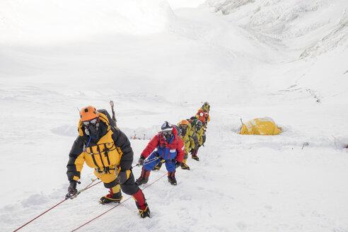 Nepal, Solo Khumbu, Everest, Sagamartha National Park, Roped team ascending, wearing oxigen masks - ALRF01261