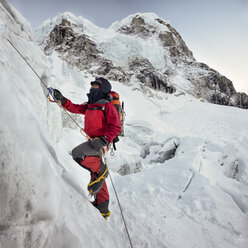 Nepal, Solo Khumbu, Everest, Sagamartha National Park, Mountaineer climbing icefall - ALRF01267