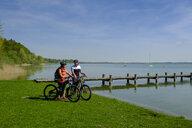 Germany, Upper Bavaria, Schalchen, Chiemgau, cyclists at Chiemsee - LBF01951