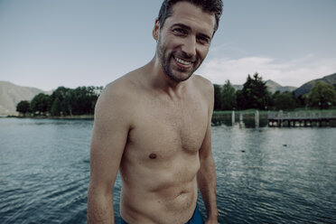 Portrait of smiling man at swimming lake - JLOF00051