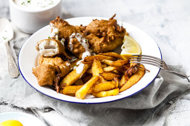 Classic english fish and chips with tartare sauce - SBDF03585