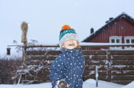 Boy playing in the snow - CUF24121