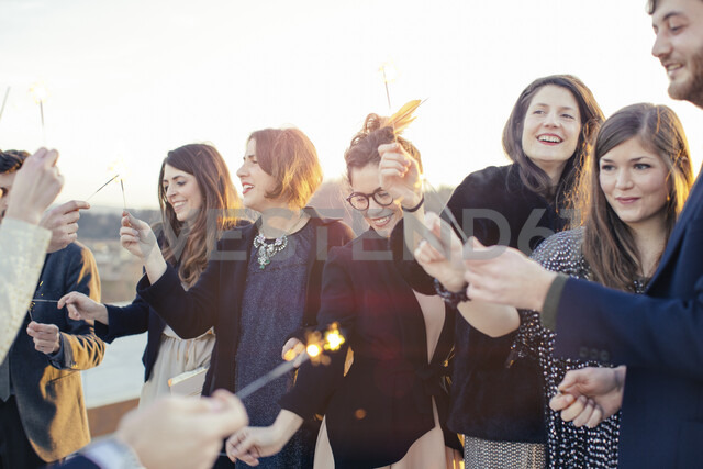 Group of friends using sparklers at party - CUF24316 - Sofie Delauw/Westend61