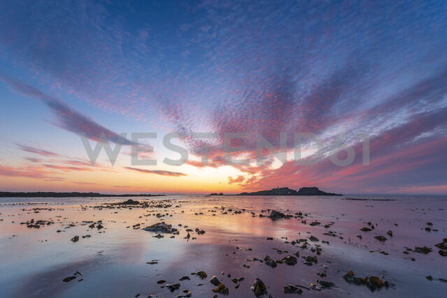 United Kingdom, Scotland, East Lothian, North Berwick, Firth of Forth, view of Fidra Island at sunset, lighthouse - SMAF01014 - Scott Masterton/Westend61