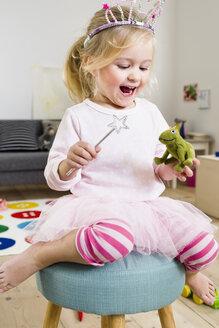 Girl playing fairy princess - CUF26216