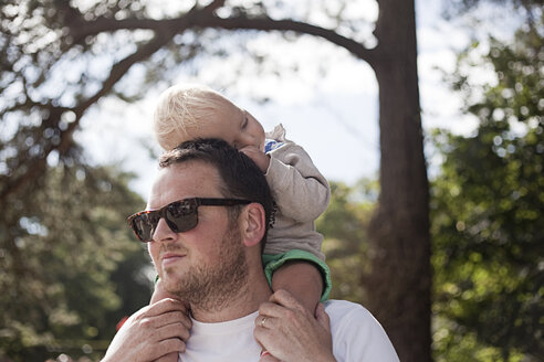 Father carrying young son on shoulders - CUF27784