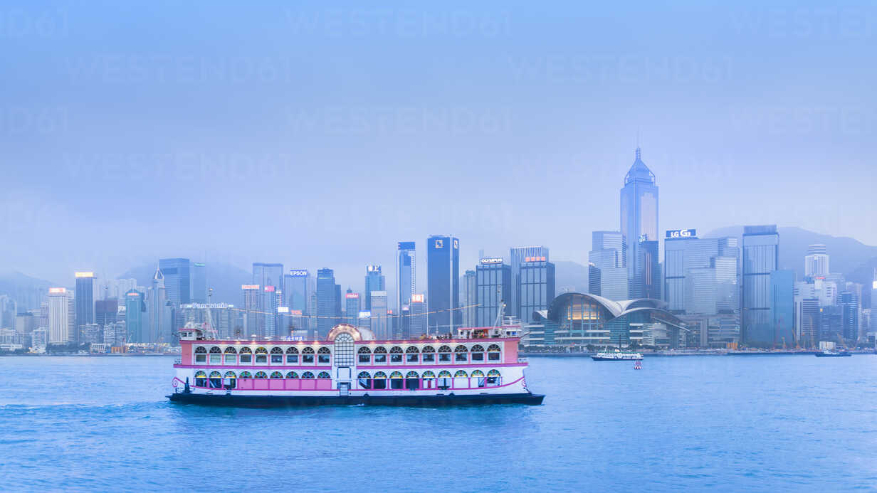 Central District skyline across Victoria Harbour, Hong Kong, China - CUF28278 - Henglein and Steets/Westend61