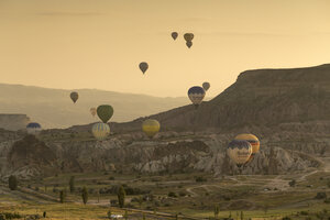 Turkey, Anatolia, Cappadocia, hot air ballons near Goereme at sunrise - FP00172