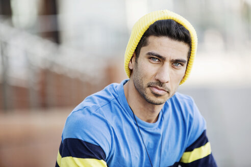 Portrait of fashionable young man wearing cap and t-shirt - JATF01053