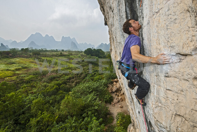 Elevated view of male climber climbing at white Mountain - a limestone cliff in Yangshuo, Guangxi Zhuang, China - CUF29959 - Henn Photography/Westend61