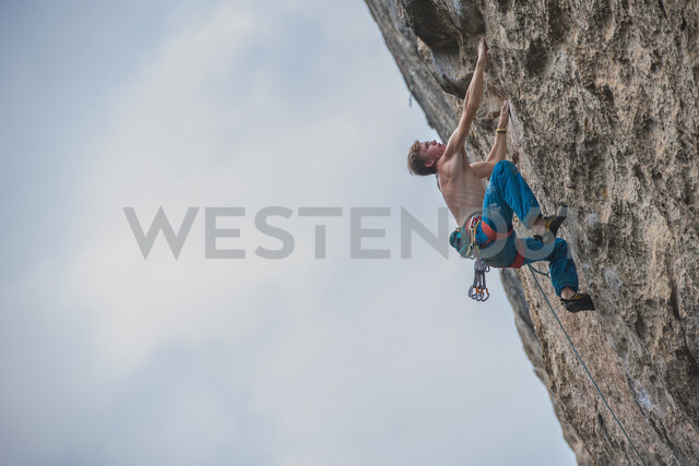 Young male climber climbing at white Mountain - a limestone cliff in Yangshuo, Guangxi Zhuang, China - CUF29962 - Henn Photography/Westend61