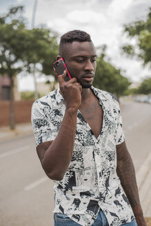 Young man in the city, standing in the street, talking on the phone - ACPF00018