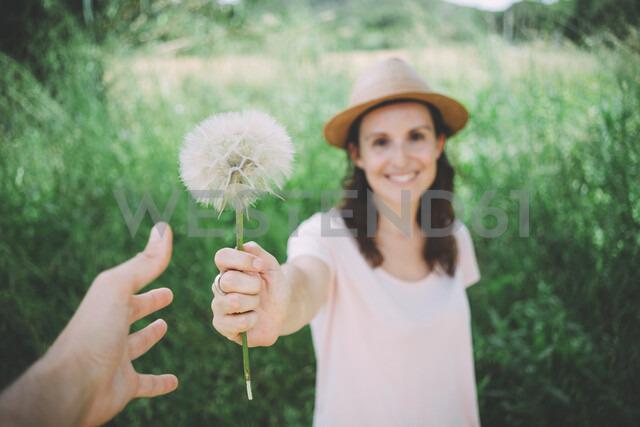 Man's hand receiving blowball from woman, close-up - GEMF02074 - Gemma Ferrando/Westend61