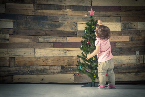 Little girl decorating Christmas tree - ISF10123