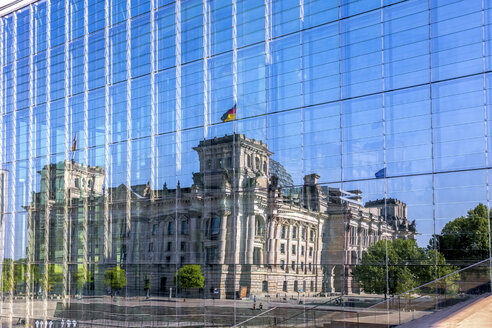 Germany, Berlin, Reichstag building mirrored in glass facade of Marie-Elisabeth-Lueders-Building - PUF01312