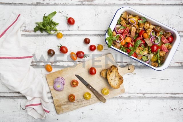 Panzanella made of roasted Ciabatta, rocket, red onions, tomatoes and basil - LVF07094