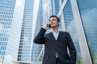 Businessman on cell phone in the city - DIGF04692