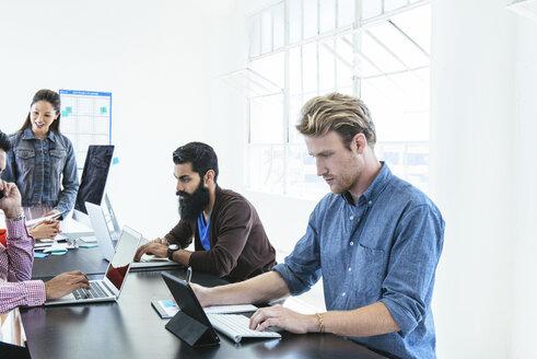 Business people in brainstorming meeting - ISF11667