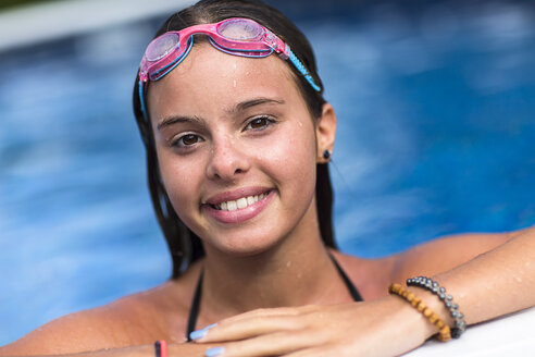 Teenager smiling in swimming pool - ISF12516