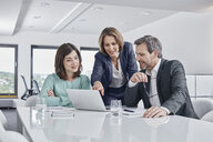 Business people having a meeting in office with laptop - RORF01333