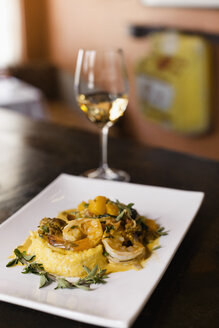 Shrimp and grits, wine pairing - ISF13570