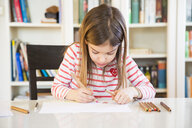 Little girl painting at home - LVF07127
