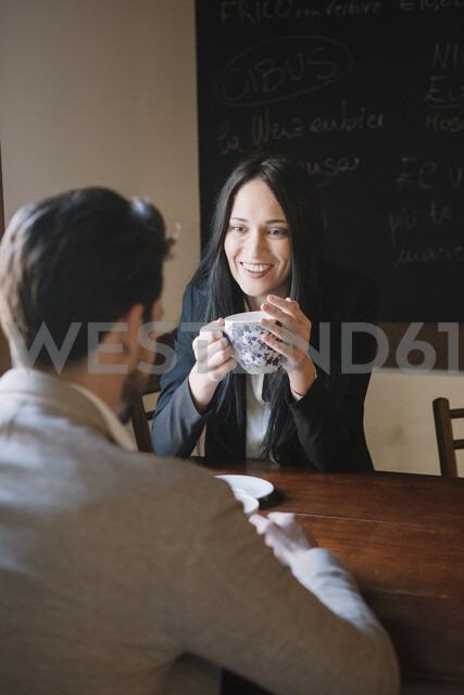 Elegant couple talking in a cafe - ALBF00545 - Alberto Bogo/Westend61