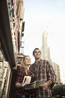 Young tourist couple with maps, New York City, USA - CUF34040