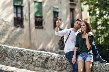 Tourist couple exploring the city - JSMF00330