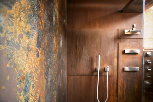 Bathroom with corten steel wall cladding - REAF00332