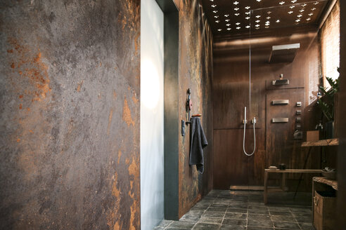Modern bathroom with corten steel wall cladding and ceiling light effects - REAF00335