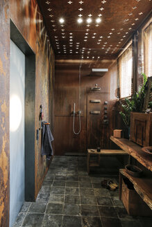 Modern bathroom with corten steel wall cladding and ceiling light effects - REAF00341