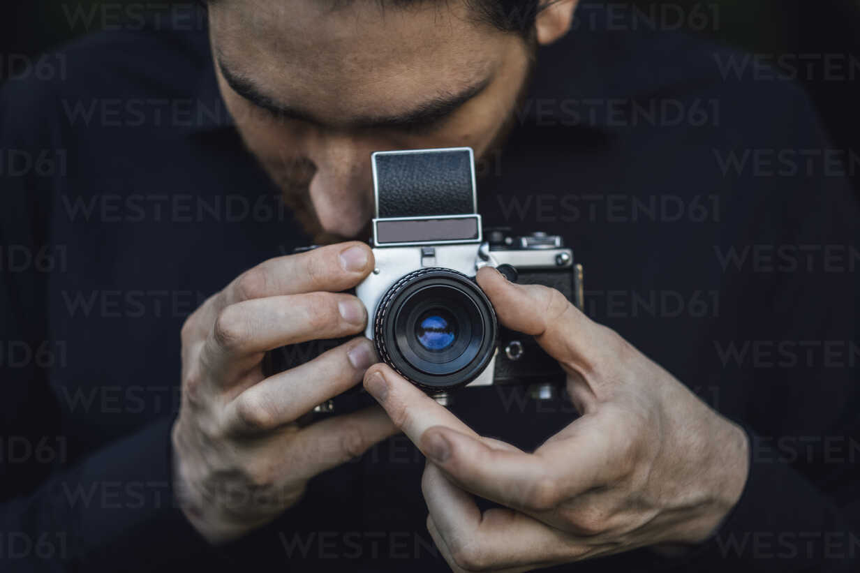 Young man photographing with analogue camera - JSCF00110 - Jonathan Schöps/Westend61