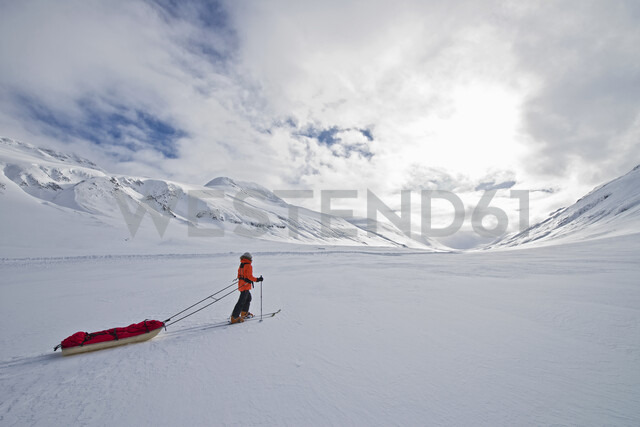 Female touring skier pulling expedition sled in snow, Oxnadalsheidi, North Iceland, Iceland - CUF36304 - Henn Photography/Westend61