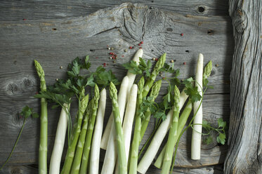 Green and white asparagus, parsley and mixed peppercorns on wood - ASF06191