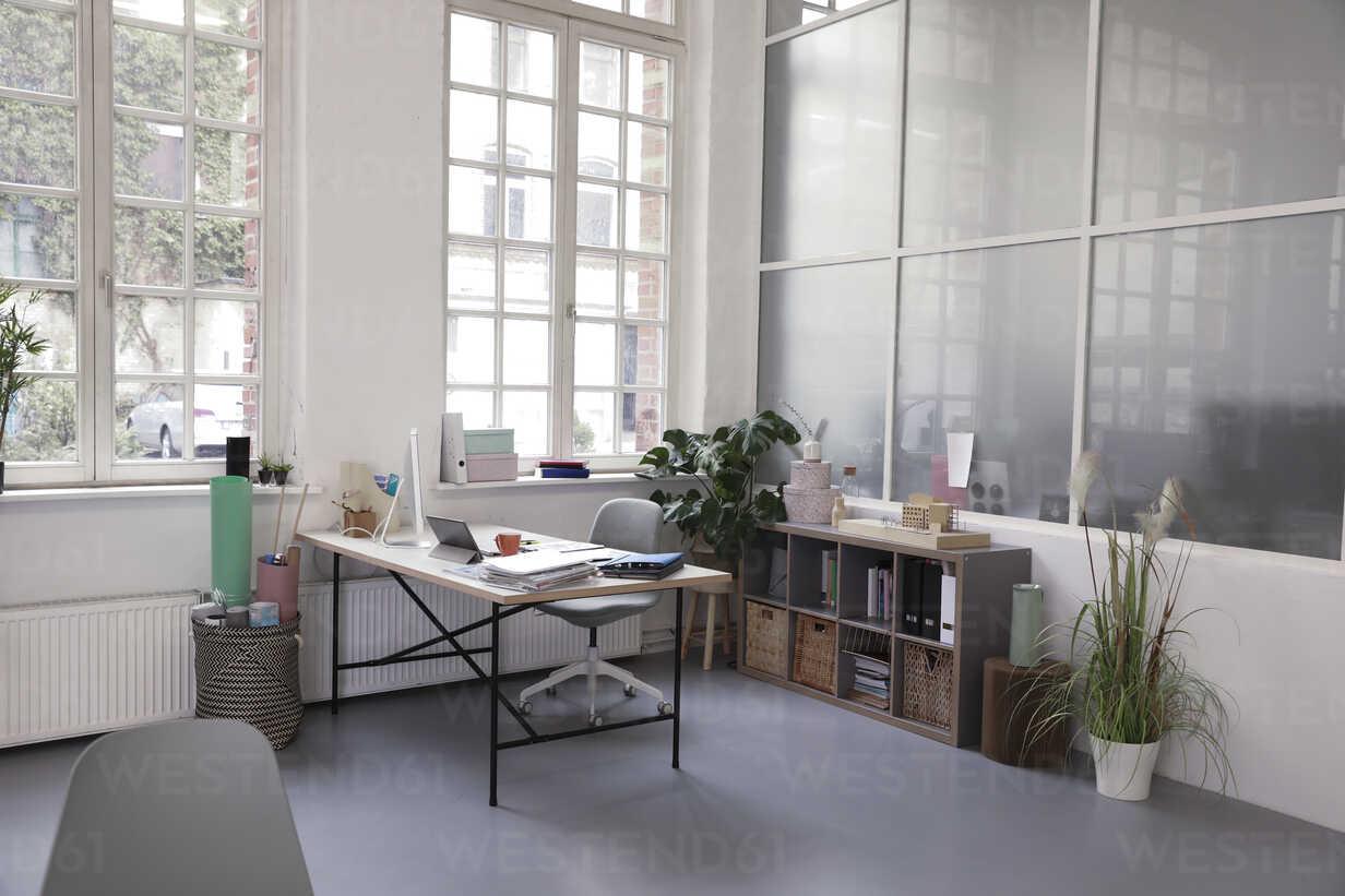 Interior of a business loft office - FKF02941 - Florian Küttler/Westend61