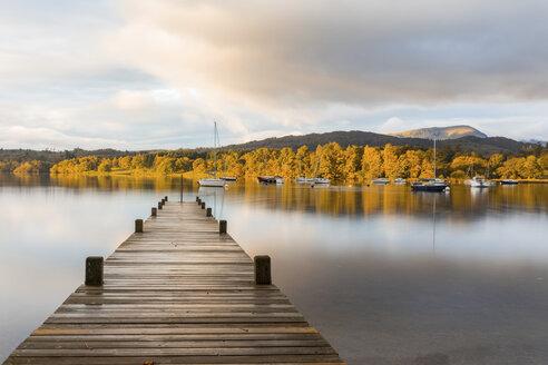 United Kingdom, England, Cumbria, Lake District, Windermere lake boardwalk, view at sunrise - WPEF00552