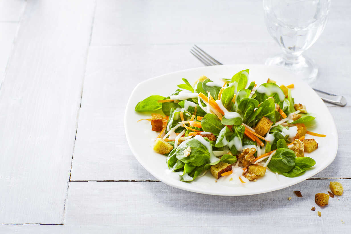 Autumnal salad with lamb's lettuce, carrots, slaw, croutons and walnuts - KSWF01922 - Kai Schwabe/Westend61
