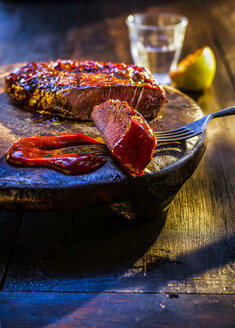 Medium rare beefsteak with barbecue sauce - KSWF01931