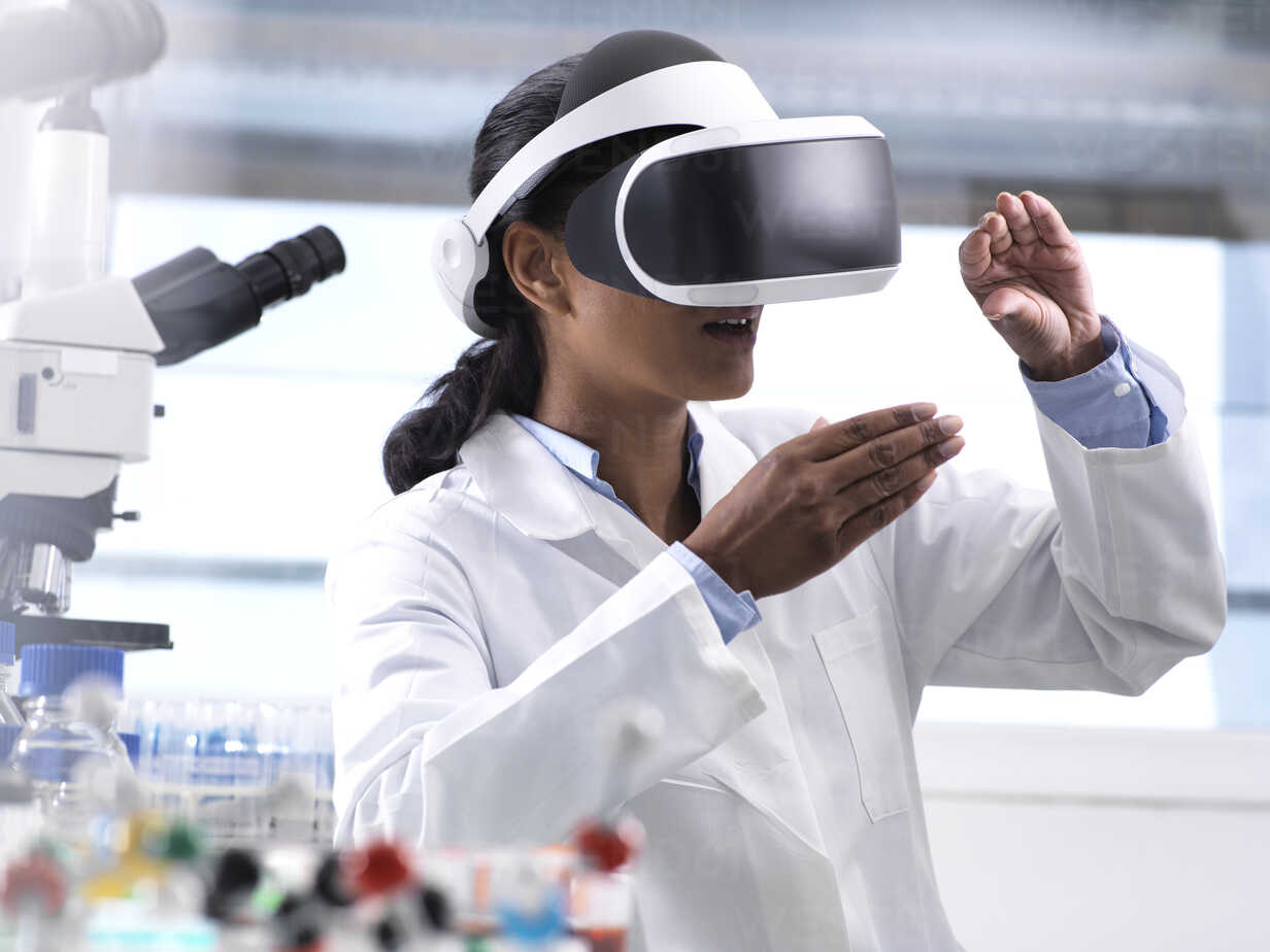 Female scientist using virtual reality to understand a research experiment in the laboratory - ABRF00159 - Andrew Brookes/Westend61