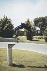 Tattooed man doing parkour in a park - ACPF00086