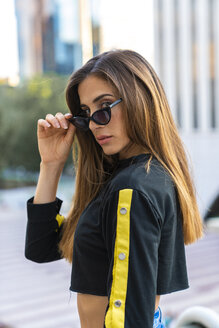 Portrait of attractive young woman wearing sunglasses in the city - KKAF01178