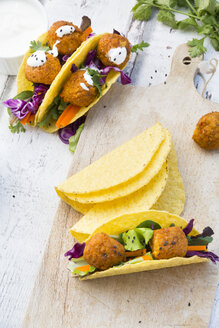 Tacos with mixed salad, sweet patato Falafel, carrot, red cabbage, yoghurt sauce, parsley and black sesame - LVF07232