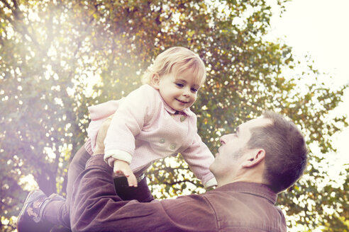 Father lifting toddler - CUF40418