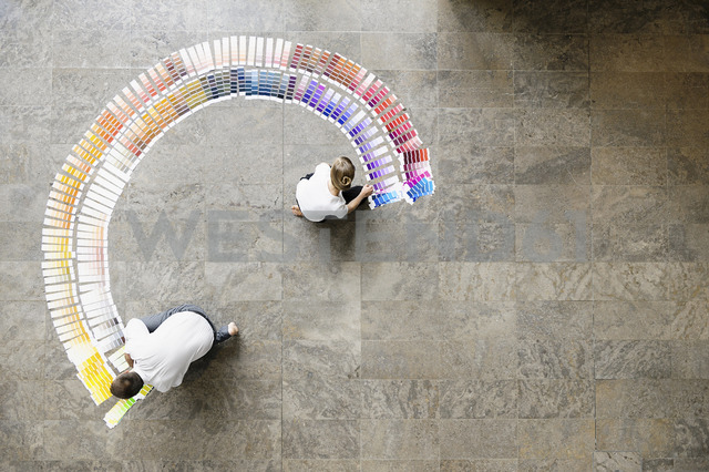 Business people examining paint swatches - CUF40718 - suedhang/Westend61