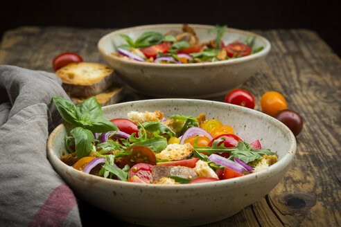 Panzanella made of roasted Ciabatta, rocket, red onions, tomatoes and basil - LVF07270