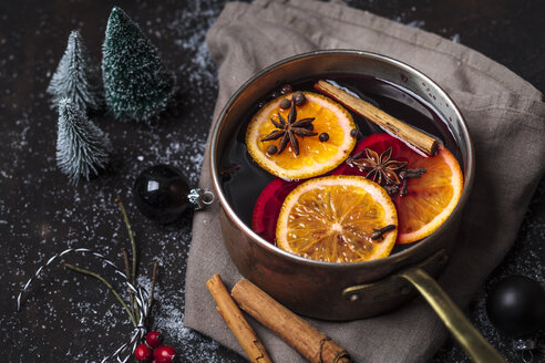 Pot of mulled wine - SBDF03639