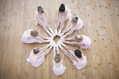 Elevated view of young ballerina group in circle - CUF41920