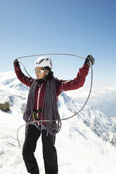 Mid adult woman holding climbing rope - CUF42397