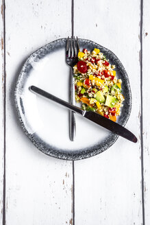 Bulgar salad on round plate, symbol for intermittent  fasting - SARF03845